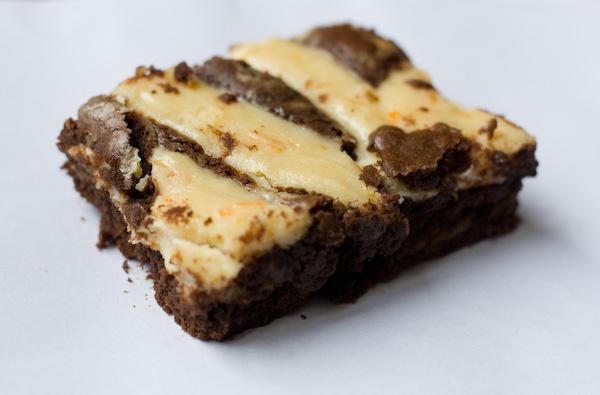 Brownie amb cobertura de formatge ataronjat