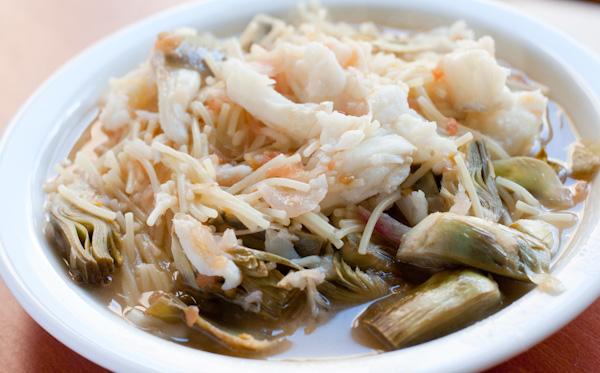 Fideus caldosos amb bacallà i carxofes
