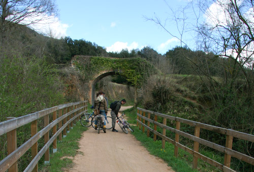 Ciclistes parats al mig de la via Olot Girona